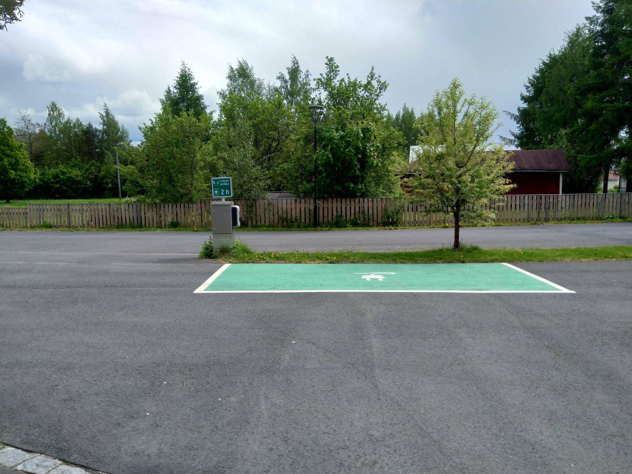 Sähköauton latauspaikka kunnantalolla (type-2, 22kW)